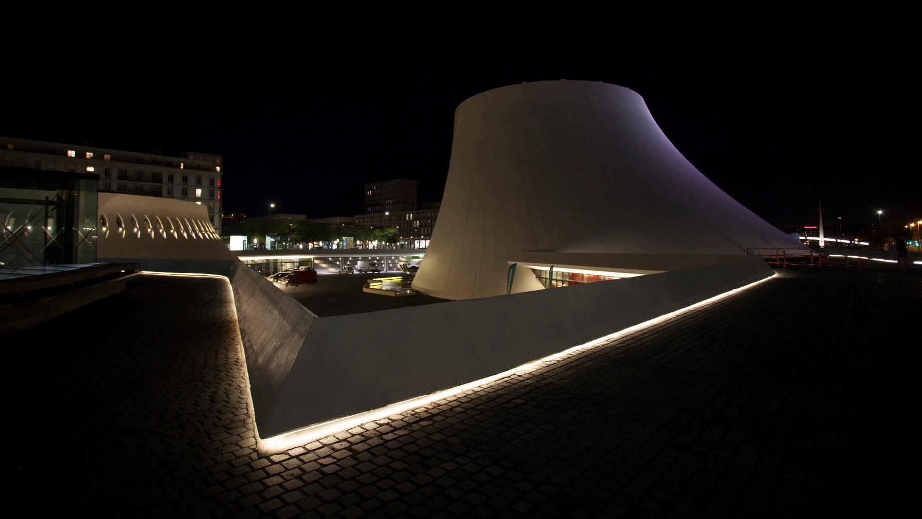 Le Havre-Parvis Oscar Niemeyer-rétro éclairé