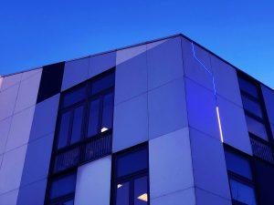 Ligne lumineuse sur la façade du Centre d'Animation, place des Fêtes, Paris